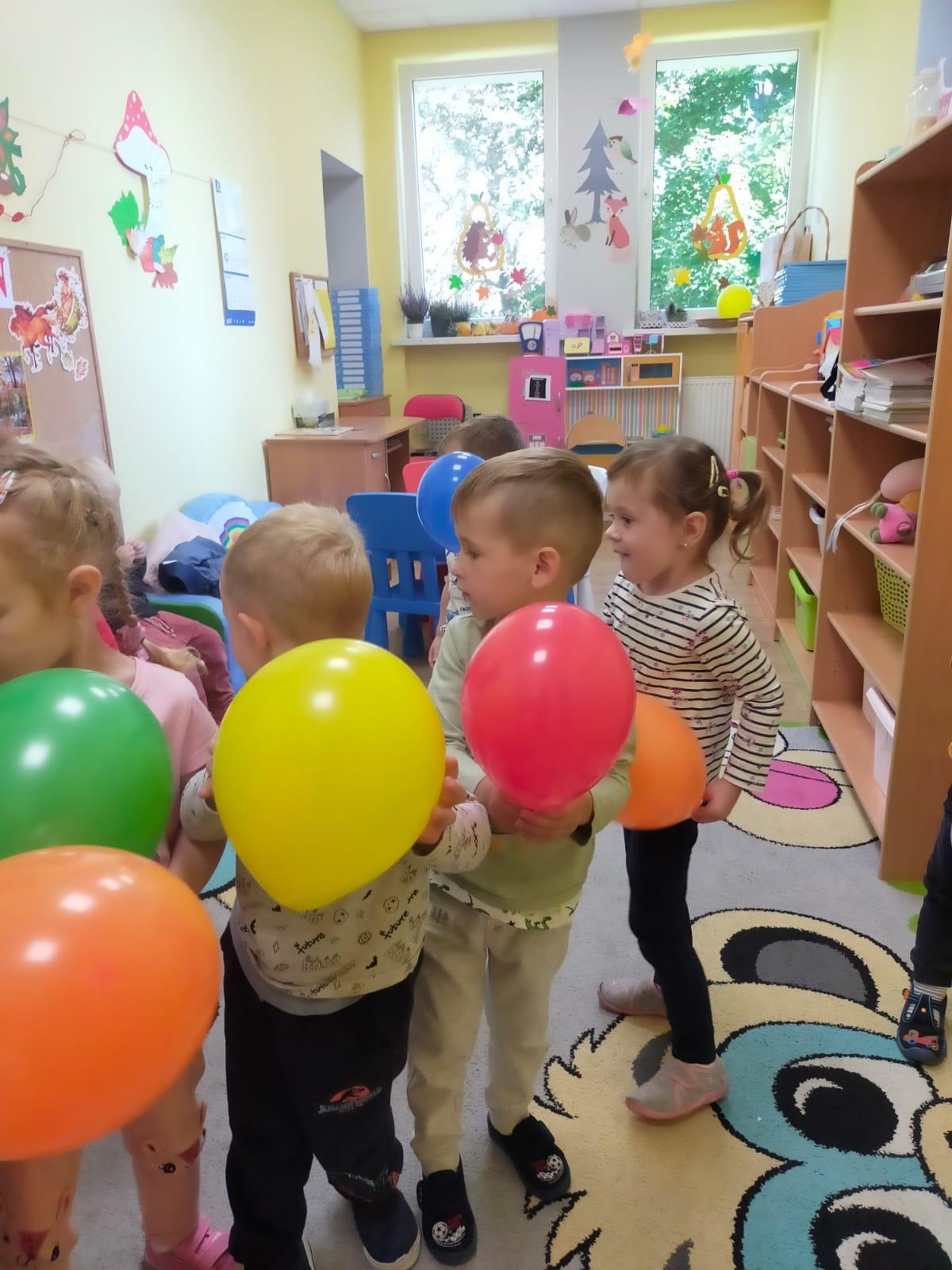 Doświadczenia z powietrzem z wykorzystaniem balonów.